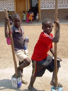 bimbi all'esterno della scuola